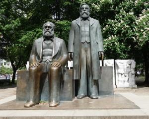 Berlin im Mai 2015 / Karl Marx und Friedrich Engels an ihrem Ausweichstandort