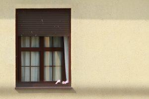 Schuhe vor dem Fenster